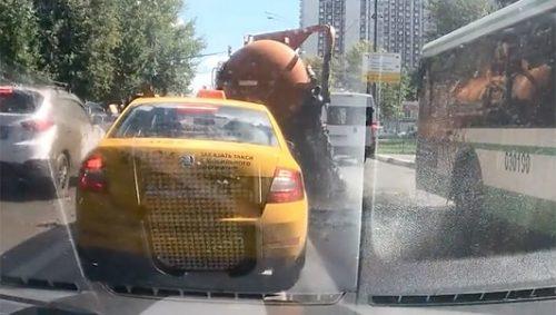 Kinh hoàng xe hút bể phốt bất ngờ phát nổ giữa đường